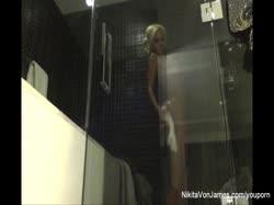 Знойная блондинка с большой грудью снимает любительское видео в душе 1