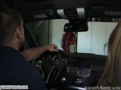 Скриншот Парень привез зрелую сисястую блондинку в гараж и устроил с ней порно