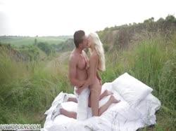 Скриншот Худая девушка на природе устроила с парнем порно пикник