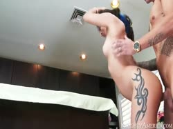 Зрелая секси брюнетка с большой задницей с удовольствием трахнулась на здоровом члене 2