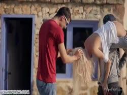 Скриншот Два соседа соблазнили молодую красивую блондинку на групповое порно