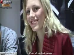 Парни устроили с молодой блондинкой в чулках групповое порно в туалете 2