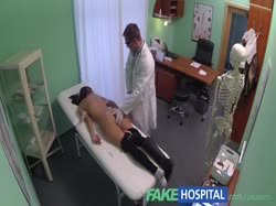 Доктор развел симпатичную пациентку трахнуться у него в кабинете и снял на камеру 3