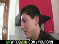 Скриншот У зрелой блондинки на завтрак минет и секс на кухне