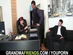 Мужики развели рыжую секретардшу в офисе на групповое порно 3