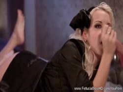 Миленькая блондинка очень романтично делает парню классный минет 3